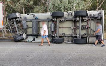 Νταλίκα ανετράπη στην εθνική οδό Πύργου-Πατρών – Δύο τραυματίες