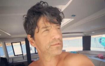 Αξύριστος και αναμαλλιασμένος, έτσι ξυπνά ο Σάκης Ρουβάς στις διακοπές τους