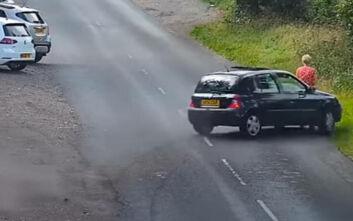 Αυτοκίνητο παρασύρει γυναίκα και σκύλο και οι επιβάτες εγκαταλείπουν το όχημα και... τρέχουν
