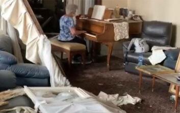 Ηλικιωμένη παίζει πιάνο στο διαλυμένο σπίτι της στη Βηρυτό