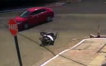 Σοκαριστικό τροχαίο στη Βραζιλία: Αυτοκίνητο συγκρούστηκε με μηχανάκι και η οδηγός έπεσε στον υπόνομο