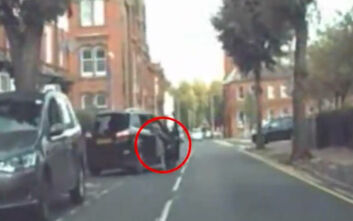 Προσπάθησε να σταματήσει τον κλέφτη και έμεινε να κρέμεται από την πόρτα του κινούμενου αυτοκινήτου