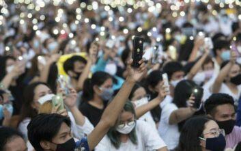 Διαδηλώσεις στην Ταϊλάνδη κατά του βασιλιά που… δεν είναι ποτέ εκεί