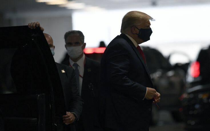 Στο νοσοκομείο, φορώντας μάσκα, για να επισκεφθεί τον μικρότερο αδερφό του ο Τραμπ