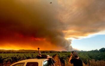 Έξι νεκροί και χιλιάδες εκτοπισμένοι από τις πυρκαγιές στην Καλιφόρνια