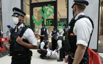 Χειροπέδες σε δυο ακτιβιστές για το κλίμα από τη βρετανική αστυνομία