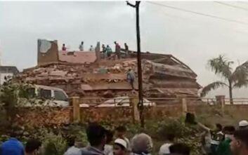 Θρίλερ στην Ινδία: Τουλάχιστον 90 άνθρωποι κάτω από συντρίμμια πενταώροφης πολυκατοικίας