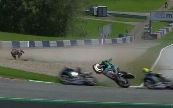 Σοκαριστικό ατύχημα στο Moto GP - Μοτοσυκλέτα μετά από σύγκρουση πέρασε ξυστά από το κεφάλι του Ρόσι