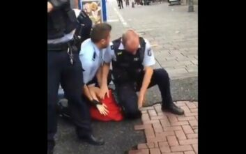 Σοκ προκαλεί το βίντεο με αστυνομικό στη Γερμανία να πατά στο λαιμό ανήλικο