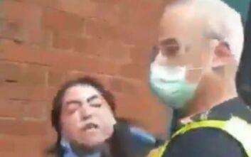 Σάλος στην Αυστραλία: Αστυνομικός πιάνει από το λαιμό και συλλαμβάνει γυναίκα επειδή δεν φορούσε μάσκα