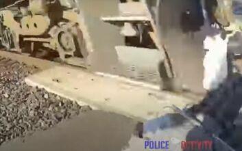 Βίντεο που κόβει την ανάσα: Αστυνομικός έσωσε ηλικιωμένο σε καροτσάκι που είχε κολλήσει στις γραμμές του τρένου