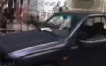 Αυτοκίνητο χωρίς... οδηγό παρέσυρε τραπέζια και καρέκλες σε πεζόδρομο της Καβάλας: Λύθηκε το χειρόφρενο και έτρεχαν να το σταματήσουν