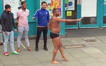 Βγήκε φορώντας μόνο το εσώρουχό του και κρατώντας σπαθί σε δρόμο στο Λονδίνο - Απείλησε περαστικούς