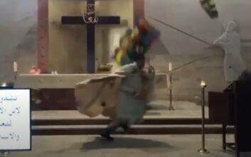 Η συγκλονιστική στιγμή που ιερέας σε εκκλησία στη Βηρυτό τρέχει να σωθεί ενώ πέφτουν συντρίμμια στο κεφάλι του