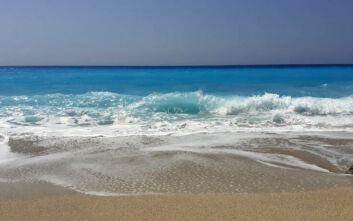 Πευκούλια: Η γαλάζια παραλία που ευχαριστιέσαι ακόμη και το κύμα