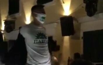 Μπαρ κατεβάζει ρολά με τον ύμνο του ΠΑΣΟΚ