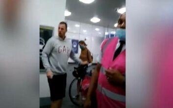 Μπουνιές στο μετρό του Λονδίνου λόγω... μάσκας: Επιβάτης με μωρό σε καρότσι έριξε αναίσθητο έναν άνδρα