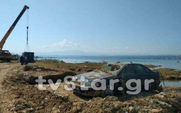 Πλημμύρες στην Εύβοια: Έβγαλαν από τη θάλασσα 9 αυτοκίνητα