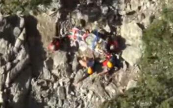 Καρέ - καρέ η διάσωση ορειβάτη από δύσβατη χαράδρα της Σαμοθράκης
