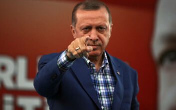 Το σκίτσο με τον Ερντογάν να πατά σε δύο πισίνες, η μία της Ελλάδας