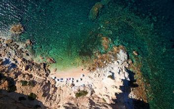 Η παραλία στην Αττική με τα 99 σκαλοπάτια που μοιάζει με Κυκλάδες