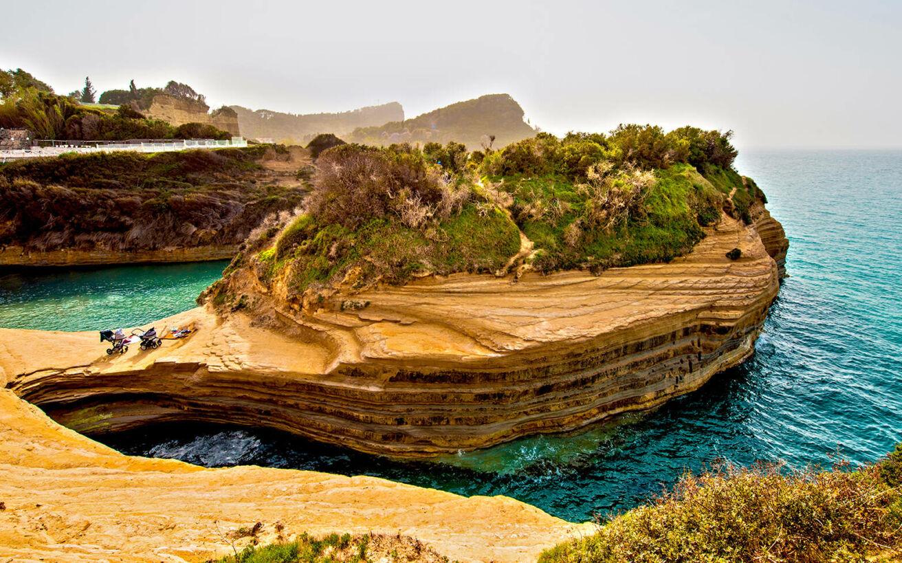 Εξωπραγματικές, ελληνικές παραλίες με εντυπωσιακούς βραχώδεις σχηματισμούς
