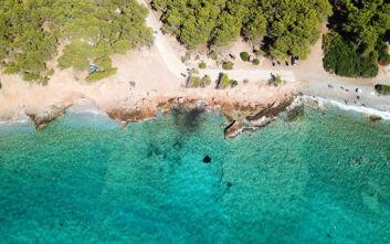 Η εξωτική παραλία με τα γαλαζοπράσινα νερά, μια ανάσα από την Αθήνα
