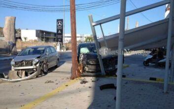 Εικόνες από τροχαίο στα Χανιά: Σφοδρή σύγκρουση αυτοκινήτων - Το ένα αμάξι σταμάτησε πάνω σε κολόνα