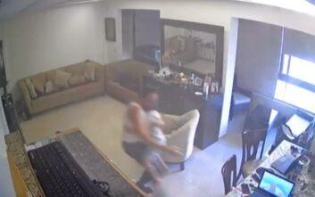 Συγκλονιστικό βίντεο από την έκρηξη στη Βηρυτό: Πατέρας προσπαθεί να προστατεύσει τον γιο του με το σπίτι να σείεται