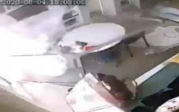 Βίντεο που κόβει την ανάσα από την Βηρυτό: Ωστικό κύμα πετάει πρόσοψη σπιτιού πάνω σε αγοράκια και τη νταντά τους