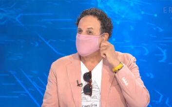 Ο Χάρης Ρώμας εμφανίσθηκε σε τηλεοπτική εκπομπή με μάσκα, ασορτί με το σακάκι του