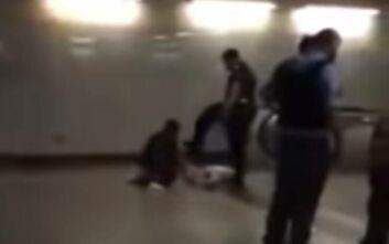 Βίντεο δείχνει αστυνομικό να κλωτσάει επαίτη στο μετρό - ΕΔΕ για το περιστατικό
