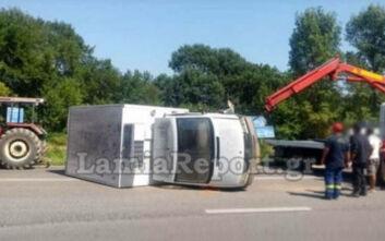 Φορτηγό ανετράπη μετά από σύγκρουση με ΙΧ στην παλαιά εθνική οδό Λαμίας – Λιβαδειάς: Οι πρώτες εικόνες από το σημείο