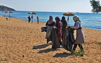Πρόσφυγες καθάρισαν την παραλία στην Καβάλα όπου έκαναν μπάνιο το καλοκαίρι