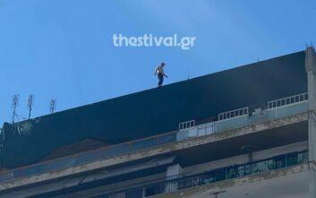 Θεσσαλονίκη: Άνδρας απειλεί ότι θα πηδήξει στο κενό από ταράτσα 12όροφης πολυκατοικίας