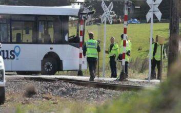 Ένας νεκρός και δεκάδες τραυματίες σε σύγκρουση σχολικού με τρένο στη Ν. Ζηλανδία