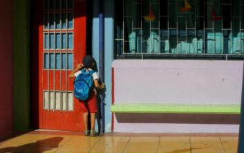 Μάθημα στην αυλή του σχολείου για μαθητές γυμνασίου και δημοτικού στο Κορδελιό