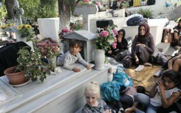 Θλιβερές εικόνες από την επόμενη ημέρα στη Μόρια: Πρόσφυγες και παιδιά κοιμούνται στους δρόμους και στο νεκροταφείο