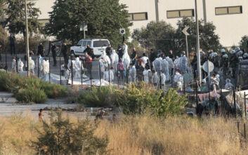 Συνεχίζεται η επιχείρηση της αστυνομίας για τη μετακίνηση προσφύγων και μεταναστών στο Καρά Τεπέ
