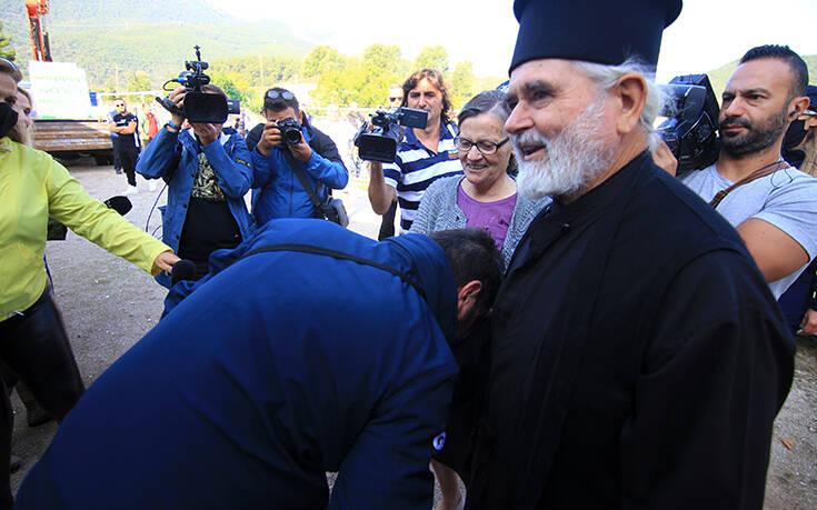 Ο ιερέας από την Καρδίτσα για τον Χαρδαλιά: Τον συγχαίρω που μου φίλησε το χέρι