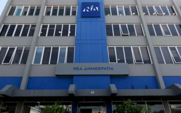 Η ΝΔ κατηγορεί τον ΣΥΡΙΖΑ για έλλειψη σοβαρότητας - Οι δηλώσεις Τζάκρη, ο Τσακαλώτος και ο «θεατής» Τσίπρας