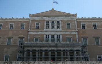 Σκαλωσιές από σήμερα στην πρόσοψη της Βουλής λόγω γενικού φρεσκαρίσματος του κτιρίου