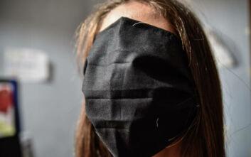 Οι τεράστιες μάσκες στα σχολεία έγιναν θέμα ακόμα και στη Ρωσία