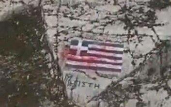 Απίστευτη πρόκληση: Βάφτηκε με κόκκινη μπογιά η ελληνική σημαία στο Καστελόριζο