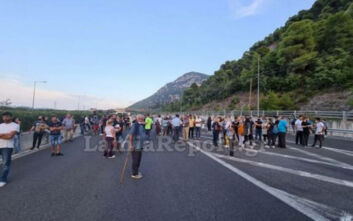 Έκλεισαν την εθνική οδό στα Καμένα Βούρλα: Διαμαρτύρονται για την άφιξη προσφύγων