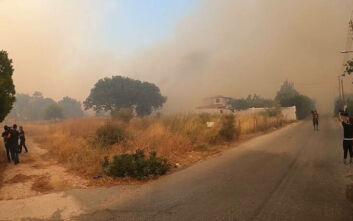 Ανεξέλεγκτη η φωτιά σε Ανάβυσσο - Κερατέα: Καίγονται σπίτια - Δείτε εικόνες και βίντεο από την περιοχή