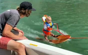 Ο 6 μηνών μπόμπιρας που κάνει θαλάσσιο σκι και η οργή στο διαδίκτυο κατά των γονιών του