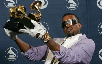 Χαμός με τον Κάνιε Γουέστ: Δείχνει να ουρεί σε ένα από τα βραβεία Grammy που έχει κερδίσει