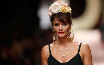 Έλενα Κρίστενσεν: Στα 51 της ποζάρει μόνο με το κορμάκι που φόρεσε τη δεκαετία του '90