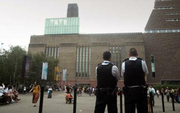 Το αγοράκι που έριξε 17χρονος από τη στέγη του Tate Gallery στο Λονδίνο μπορεί πλέον και στέκεται όρθιο